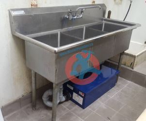 Triple-compartment-sink-with-grease-trap-s